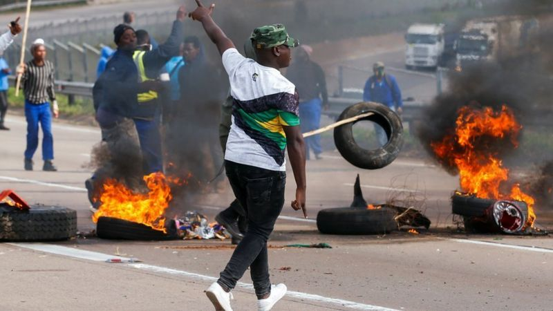 Jacob Zuma's supporters cause chaos in Johannesburg as they loot shops and burn tyres (Photos)